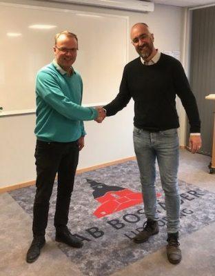 Christian Frick och Karl Alexanderson tar i hand