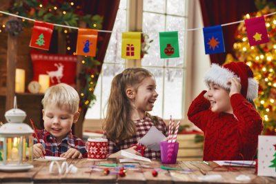 Barn som julpysslar