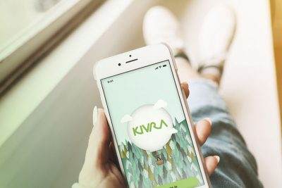 Håller i mobil med Kivra