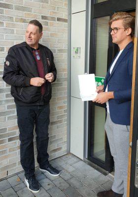 Styrelseordförande Tomas Lidberg och vice ordförande Johan Calmestrand framför entré med plaketten uppskruvad.