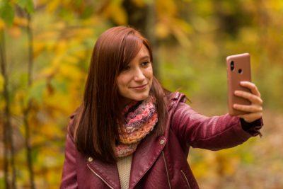 Kvinna fotar med mobil