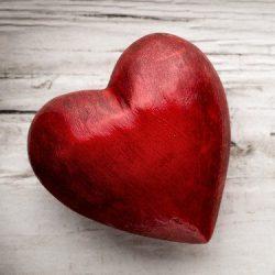 Rött hjärta på vitlaserat trä