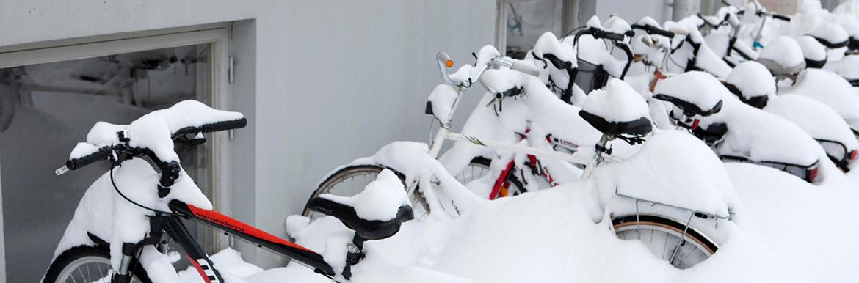 Översnöade cyklar i cykelställ