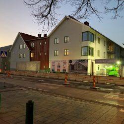 Fastigheten Bifrost i kvällsbelysning