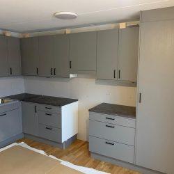 Kök under färdigställande från en lägenhet i Bifrost