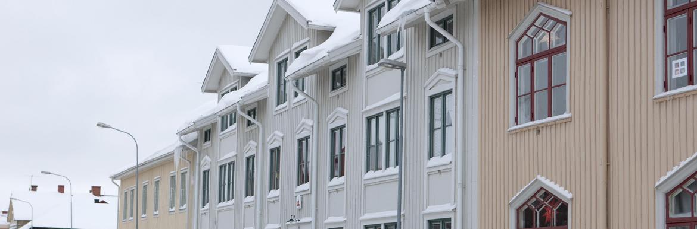 Grått hus i vinterskrud